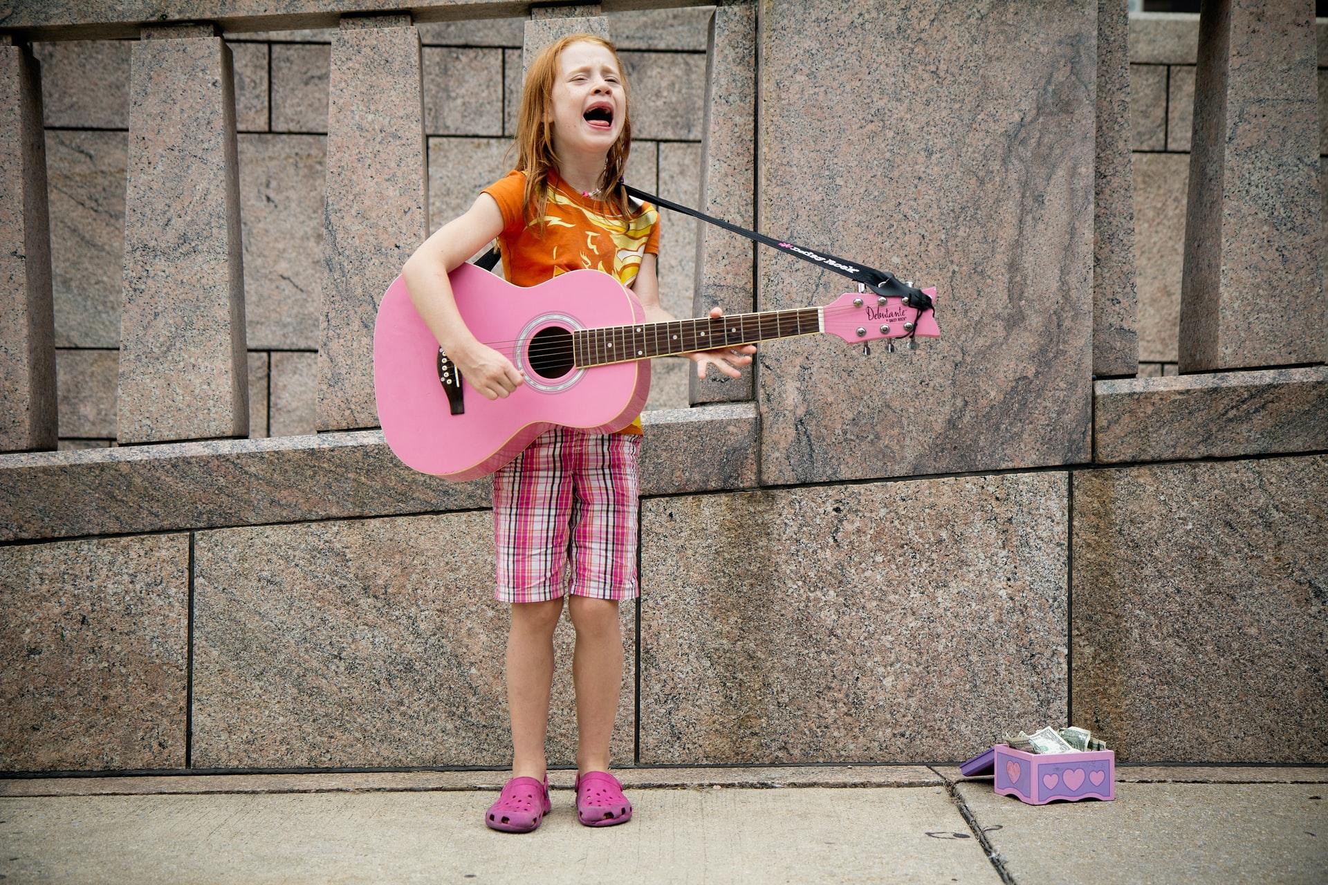 Meisje roze gitaar